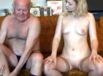 imagen una nieta muy complaciente con su abuelo