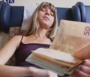 imagen jovencita follando por dinero en un tren