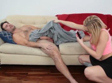 imagen Descubre a su vecino dormido, entra en casa y se lo folla