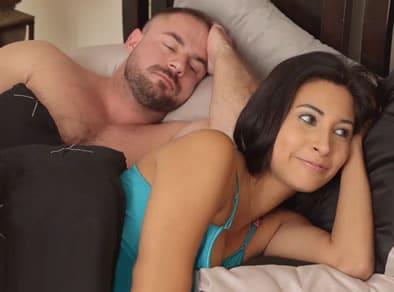 hijastro tiene una erección en la cama de su madrastra